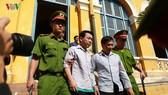 法院取消初審判決後,被告阮明雄與武孟強被押解。(圖源:VOV)