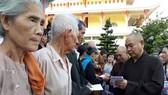 慈善團向分別集合在黃道寺和寶山寺共400戶貧困家庭贈送每份價值90萬元禮物,,其中現金40萬元,物資50萬元。