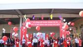 Lãnh đạo TP Đà Nẵng và lãnh đạo Coca-Cola cắt băng khánh thành gói đầu tư mở rộng 300 triệu USD tại Việt Nam giai đoạn 2013-2016.