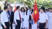 Bí thư Thành ủy TP Đà Nẵng Nguyễn Xuân Anh thăm hỏi, động viên học sinh Trường THPT Nguyễn Trãi trong buổi lễ khai giảng