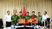 Chủ tịch UBND TP Đà Nẵng Huỳnh Đức Thơ thưởng nóng cho Công an quận Hải Châu và Phòng 9 (C47 - Bộ Công an)