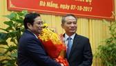 Đồng chí Phạm Minh Chính, Trưởng ban Tổ chức Trung ương, trao quyết định cho đồng chí Trương Quang Nghĩa (phải) sáng 7-10