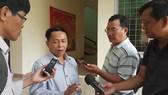 Ông Nguyễn Văn Văn, Phó Giám đốc Sở Y tế Quảng Nam trả lời phỏng vấn báo chí về công tác khoanh vùng, dập dịch bạch hầu tại Nam Trà My