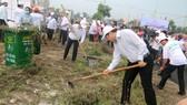 Ông Huỳnh Đức Thơ, Chủ tịch UBND TP Đà Nẵng cũng cầm cuốc xuống đường dọn dẹp hậu quả sau mưa bão
