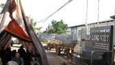Người dân chặn cổng nhà máy chế biễn gỗ của Công ty BISON để phản đối việc gây ô nhiễm môi trường. Ảnh CÔNG HOAN