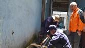 Các công nhân lắp đặt đường ống để đặt thiết bị quan trắc tự động. Ảnh Đoàn Kiên