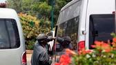 """Một """"cò"""" đặc sản đưa danh thiếp cho khách du lịch qua cửa sổ ô tô"""