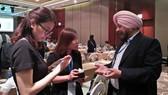 Nhà đầu tư trao đổi tại hội nghị