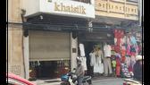 """ửa hàng của Khaisilk ở 113 Hàng Gai, quận Hoàn Kiếm (Hà Nội) nơi người mua phát hiện khăn lụa được bán có cả nhãn mác """"made in China"""" lẫn với nhãn """"made in Vietnam""""."""