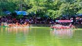 Các đội tham gia giải đua thuyền trên hồ Bình Sơn