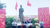 Lãnh đạo tỉnh Thừa Thiên – Huế trao Bằng khen cho 2 học sinh đoạt HCV và HCĐ Olympic Quốc tế.