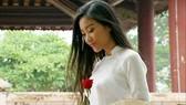 Đoan Trang dịu dàng với tà áo dài trắng trong MV