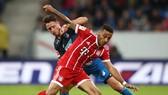 Bayern Munich (phía trước) đã bỏ lỡ cơ hội vươn lên ngôi đầu bảng khi bất ngờ thua trắng trên sân của Hoffenheim. Ảnh: Getty Images