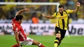 Dortmund (phải) được xem là có khả năng thách thức Bayern Munich trong cuộc đua giành chiếc Đĩa bạc ở mùa giải này. Ảnh: Getty Images