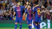 """Messi (giữa) tiếp tục sắm vai """"người hùng"""" cho Barcelona tại Champions League.  Ảnh: Getty Images"""