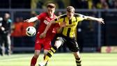 Dortmund (phải) hy vọng sẽ bảo vệ được ngôi đầu bảng bằng một chiến thắng trước Cologne. Getty Images