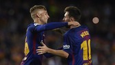 Messi (phải) muốn Deulofeu được ra sân nhiều hơn. Ảnh: Getty Images