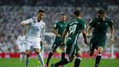 Ronaldo (trắng) đã có ngày thi đấu tệ hại trước Betis. Ảnh: Getty Images