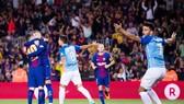 Barca (đỏ xanh) với bàn thắng đầy tranh cãi. Ảnh: Getty Images