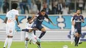 Neymar (phải) luôn bị các cầu thủ của Marseille chăm sóc một cách đặc biệt. Ảnh: Getty Images