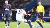Neymar (phải) sẽ trở lại để sánh vai với Edinson Cavani và Kylian Mbappe trên hàng công của Paris SG. Ảnh: Getty Images