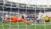 Thibaut Courtois bất lực cứu thua trước West Ham. Ảnh: Getty Images