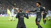 Tiemoue Bakayoko (trái) giải tỏa tâm lý sau bàn thắng mở tỷ số cho Chelsea. Ảnh: Getty Images