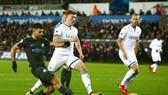 Swansea trở thành nạn nhân mới trong hành trình chinh phục của Sergio Aguero (phải) và đồng đội. Ảnh: Getty Images