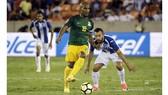 Cựu tuyển thủ Pháp Florent Malouda (trái) trong màu áo tuyển French Guiana.