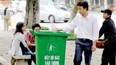 Việc giữ vệ sinh cho đường phố, công viên sạch đẹp rất cần ý thức của người dân