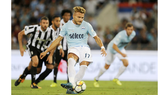 Ciro Immobile (Lazio) sút thắng quả phạt đền vào lưới Juventus ở trận Siêu cúp