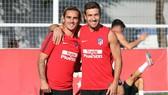 Griezmann (trái) và đội trưởng Gabi lạc quan trước trận gặp Girona.