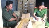 Lực lượng công an lập biên bản tạm giữ lô hàng