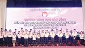 Lãnh đạo tỉnh Đồng Nai trao học bổng cho các em học sinh