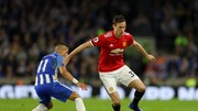 Nemanja Matic (Manchester United) đi bóng qua Anthony Knockaert (Brighton)