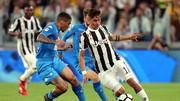Paulo Dybala (phải, Juventus) đi bóng qua hậu vệ Napoli