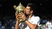 Novak Djokovic hôn chiếc cúp vô địch Wimbledon