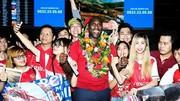 Sol Cambell trong vòng vây của fan hâm mộ CLB Arsenal tại sân bay Tân Sơn Nhất. Ảnh: ANH TRẦN