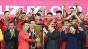 Đội trưởng Văn Quyết vinh dự nhận Cúp vô địch từ Thủ tướng Nguyễn Xuân Phúc. Ảnh: DŨNG PHƯƠNG