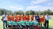 Đội bóng Báo Sài Gòn Giải Phóng chụp hình lưu niệm với đội Công ty CP Bình Điền Mekong. Ảnh: DŨNG PHƯƠNG