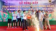 Đội Công an tỉnh Tây Ninh nhập Cúp vàng từ Ban tổ chức. Ảnh: DŨNG PHƯƠNG