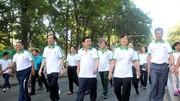 Ông Nguyễn Thành Phong - Chủ tịch UBND TPHCM (thứ 3 từ trái qua) cùng lãnh đạo thành phố tham dự Ngày chạy Olympic. Ảnh: NGUYỄN NHÂN