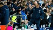 Một phản ứng thiếu kềm chế của HLV Maurizio Sarri trong trận đấu. Ảnh: Mirror