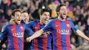 Neymar (trái) mừng bàn thắng của Sergiuo Roberto (phải)