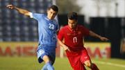 Văn Thanh nỗ lực đi bóng trước sự đeo bám của cầu thủ Uzbekistan. Ảnh: ANH TRẦN