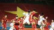 U21 Việt Nam (áo trắng) giành chiến thắng dễ dàng trước đàn em U19 Việt Nam. Ảnh: DŨNG PHƯƠNG