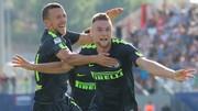 Ivan Perisic (trái) ăn mừng bàn thắng của Milan Skriniar vào lưới Crotone. Ảnh: Getty Image.