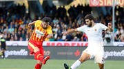 Federico Fazio (phải, AS Roma) tranh bóng với Massimo Coda (Benevento). Ảnh: ANSA
