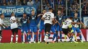 Tiền vệ Trent Alexander-Arnold (bìa phải) tung cú sút phạt mở tỷ số 1 - 0 cho Liverpool.