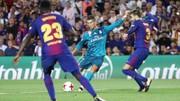 Ronaldo tung cú sút trước hàng phòng ngự Barcelona. Ảnh: Reuters